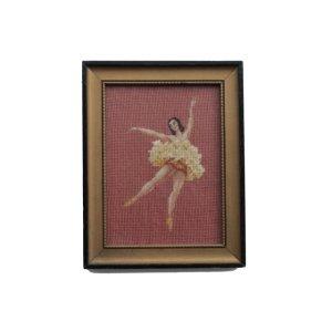 画像: ◆ アメリカ雑貨 ハンドメイド 刺繍 ウォールデコ 28.7cm×22.2cm/ビンテージ アンティーク インテリア フレーム アート バレエ 女性